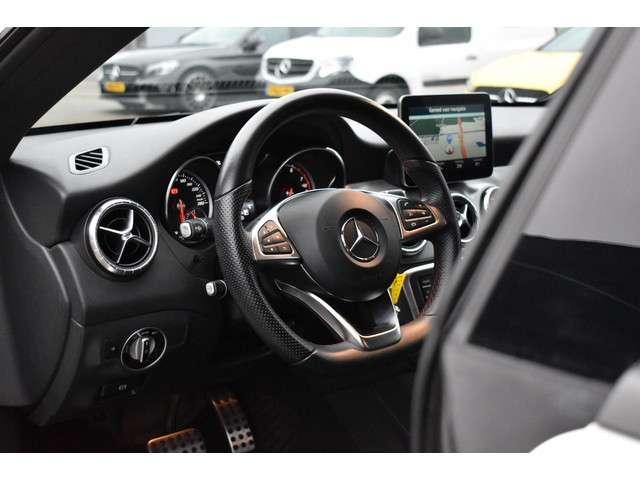 "Mercedes-Benz CLA-Klasse 180 AMG Night Edition Plus 123pk | Navigatie | Cruise control | Climate control | Parkeersensoren | LED koplampen | Halflederen bekleding | 18"" LMV | Automatische verlichting | Diamond Grill"