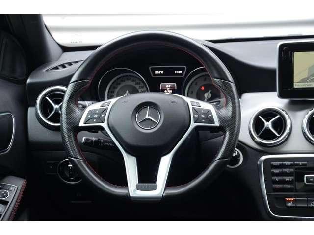 "Mercedes-Benz GLA-klasse 180 AMG Styling Panoramadak Navigatie Xenon Leder Alcantara 18"" LM Velgen Automaat Dealer onderhouden"